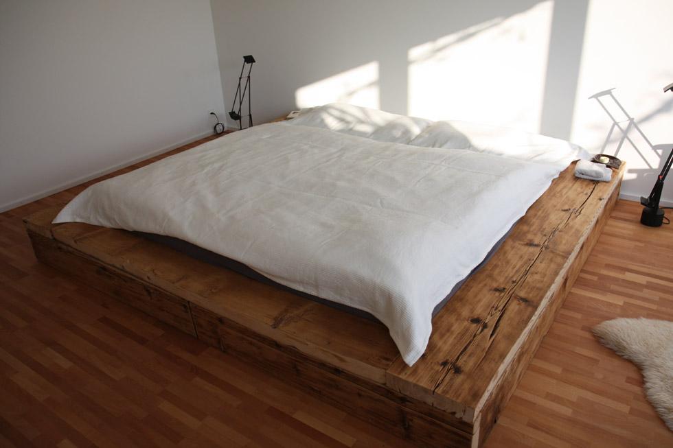 Bett «Liebeserklärung» aus Altholz