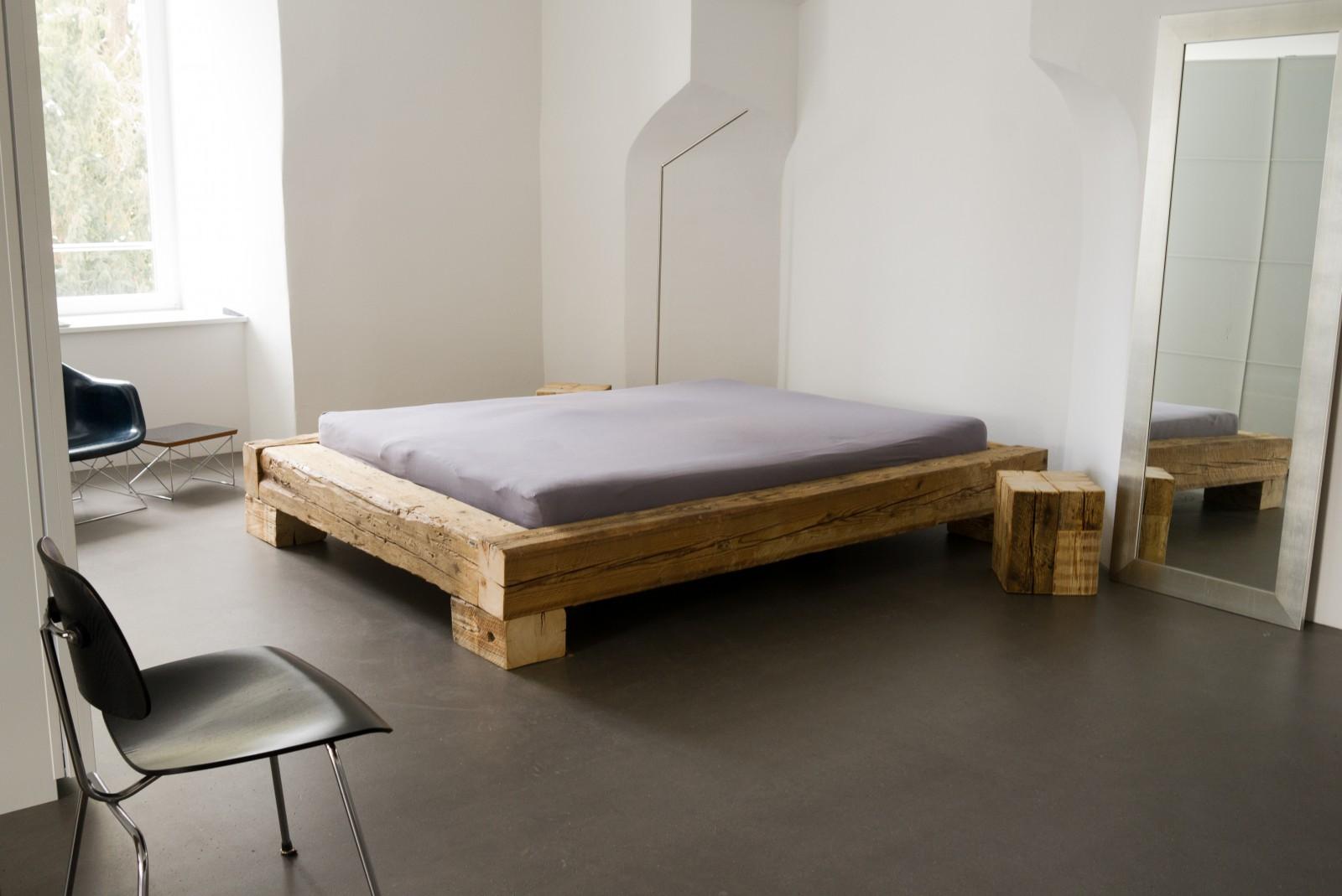 Balkenbett «dezemberundjuli» aus Altholz