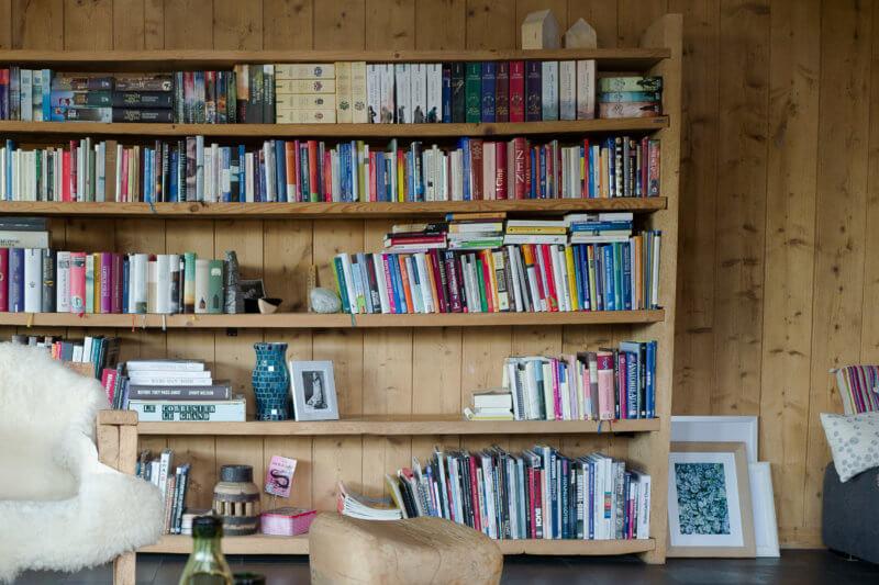 Bücherwand aus Altholz